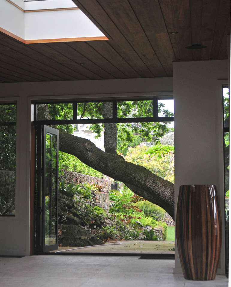 The existing oak was well intergarted to become a key feature linking house and garden